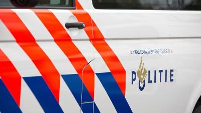 Politielogo op zijkant politieauto